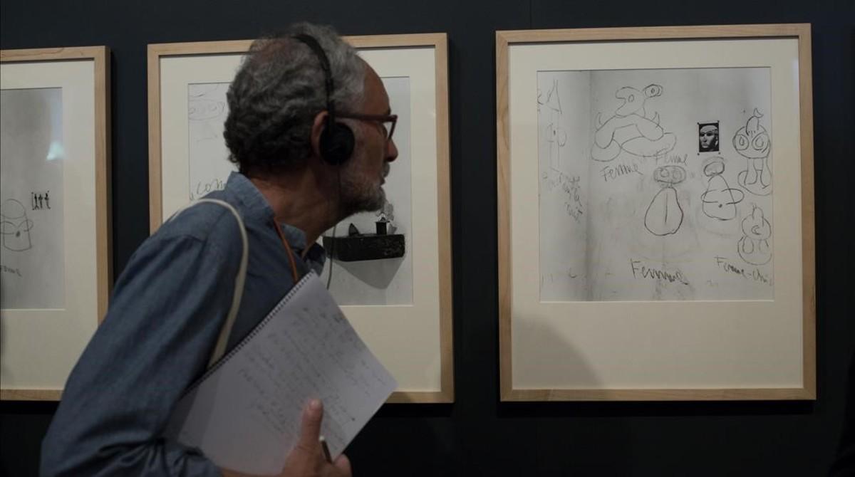 Fotografía de las paredes del estudio de Miró en Mallorca con grafitis del artista y una foto de una cabeza sumeria enganchada con chinchetas que le servía de inspiración.
