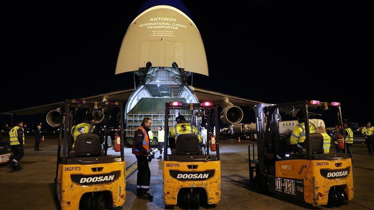 Un avión Antonov ayer en el aeropuerto de Porto con material sanitario enviado desde Grecia.