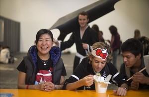 Banana Yoshimoto, este lunes en el Salón del Manga, sonriendo junto a dos aficionados a la gastronomía japonesa.