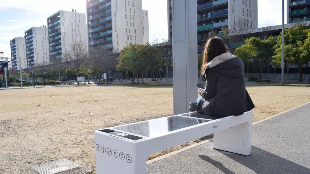 Banco solar en el parque de la Marina de Viladecans.