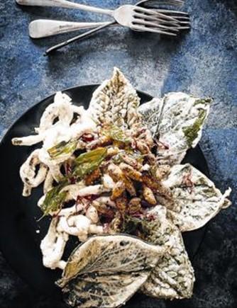 Tempura de saltamontes. La base del plato es una pasta harinosa hecha con gusanos.