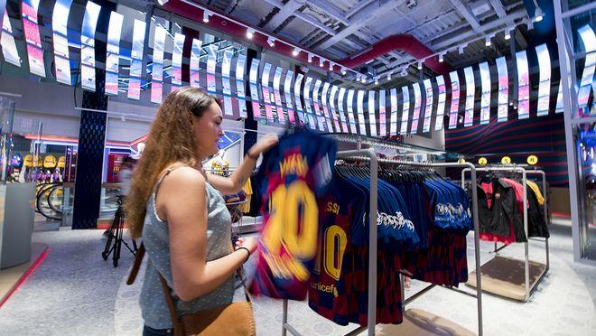 El FC Barcelona ocupa la antigua sede del hotel Montecarlo en el número 124 de Las Rambaspara disponer de 1900 metros cuadrados para la comercialización de sus productos oficiales.