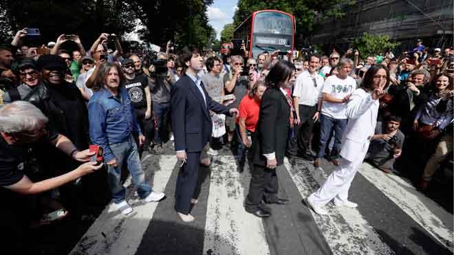 La beatlemanía paraliza Abbey Road en el 50 aniversario de la icónica foto.