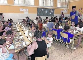 LA HORA DE COMER. Un grupo de niños a la hora de la comida en el Club dEsplai Bellvitge.