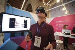 REALIDAD VIRTUALUn expositor de Inmotecncia Rent comprueba unas gafas de realidad virtual.