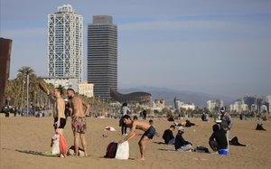 Gente en la playa de la Barceloneta en la pasadanavidad