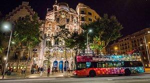 El bus turístic de Barcelona nocturno, en paseo de Gràcia.