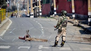 Un soldado indio en un control militar en Cachemira.