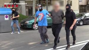 Una de las detenciones practicadas por los Mossos en el marco de la operación contra ladrones de viviendas.