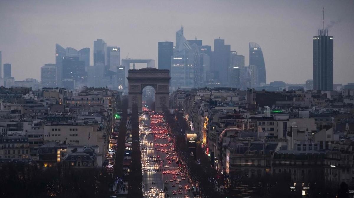 Caravana de vehículos en los Campos Elíseos de París.
