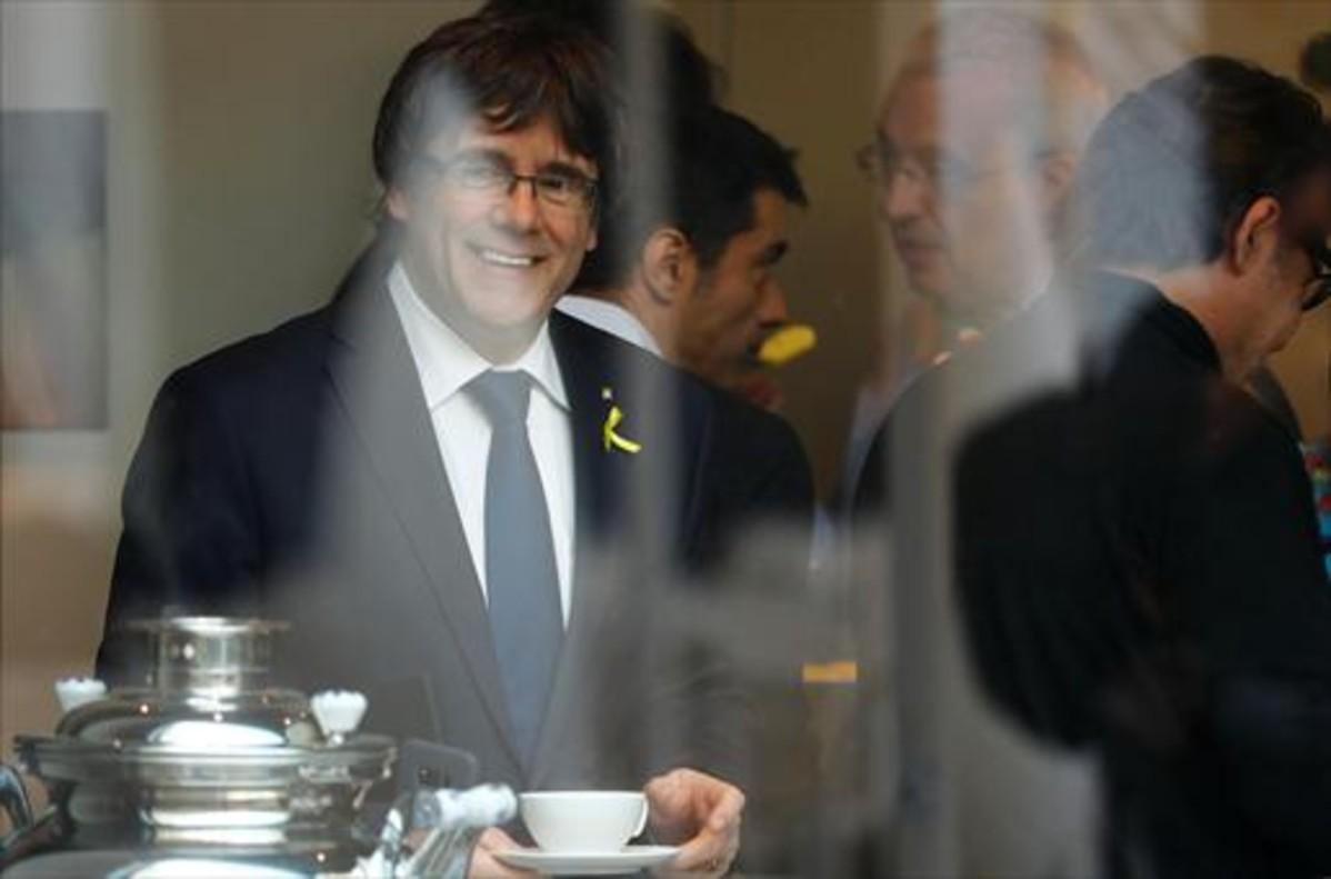 Carles Puigdemont, ayer, en un receso de la reunión de JxCat en Berlín.