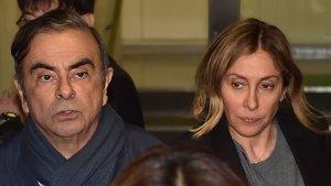 Carlos Ghosnel pasado jueves junto a su esposa, Carole, en Tokyo.