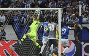 Casillas captura el balón durante el partido de la Champions ante el Besitkas