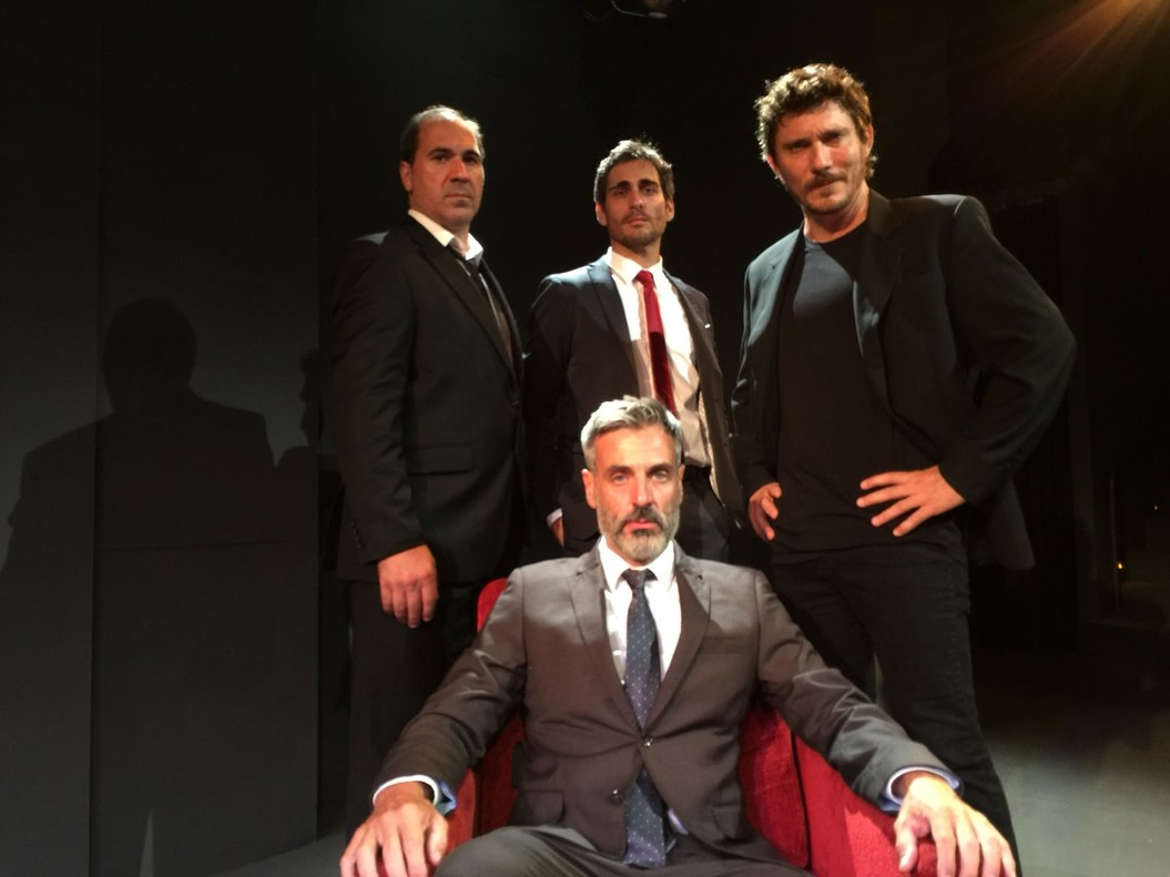 Goldino,Tortosa, Sitjar y Cadellans (sentado), los cuatro actores de Sota la catifa.