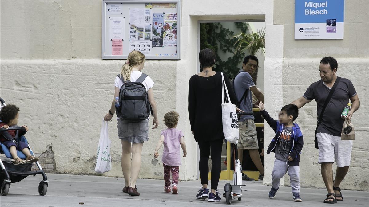 Salida de alumnos del colegio Miquel Bleach, en Sants, este lunes.