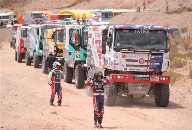 Cola de camiones que aguardan la salida de la cuarta etapa del Dakar 2017.