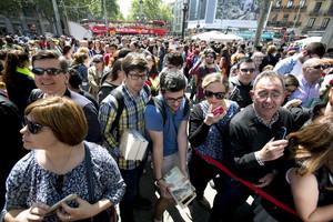 Colas para firmas de libros en la plaza de Catalunya de Barcelona, en Sant Jordi del 2015.
