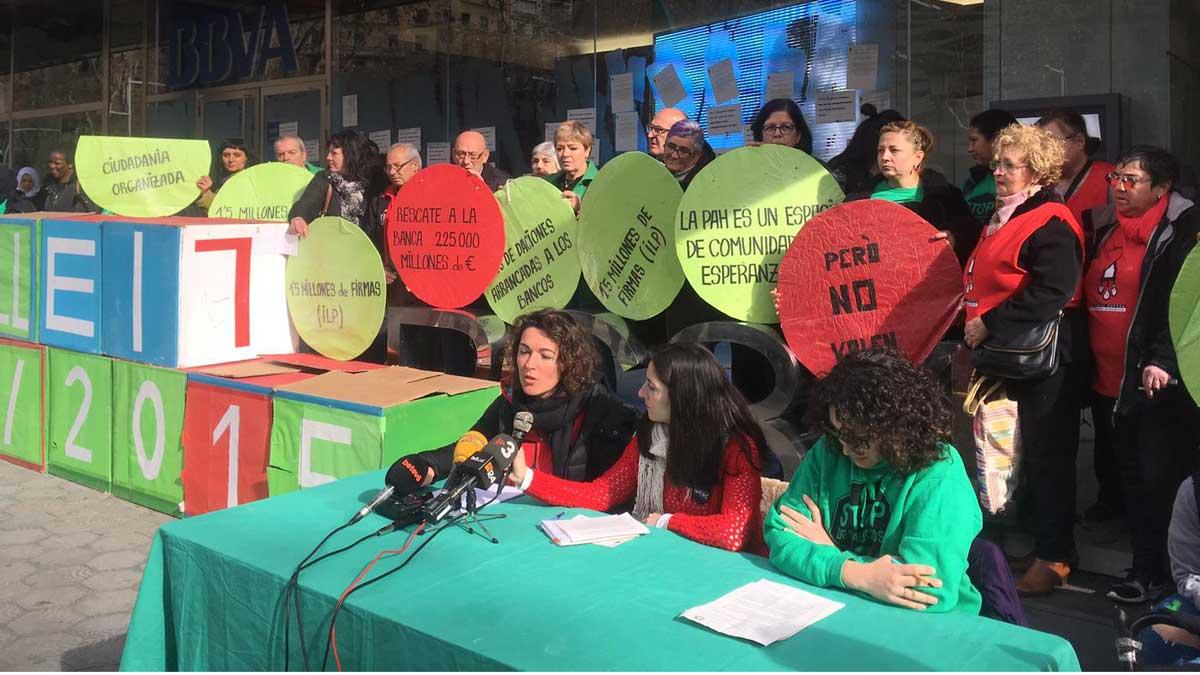 Concentración de la PAH. La ley catalana contra los desahucios suspendida por el PP vuelve a estar en vigor.