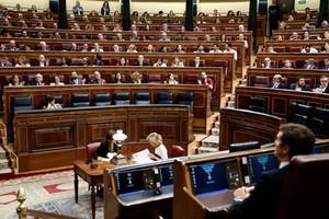 Los diputados socialistas y de Podemos celebran el decreto que permitirá exhumar los restos del dictador Francisco Franco.