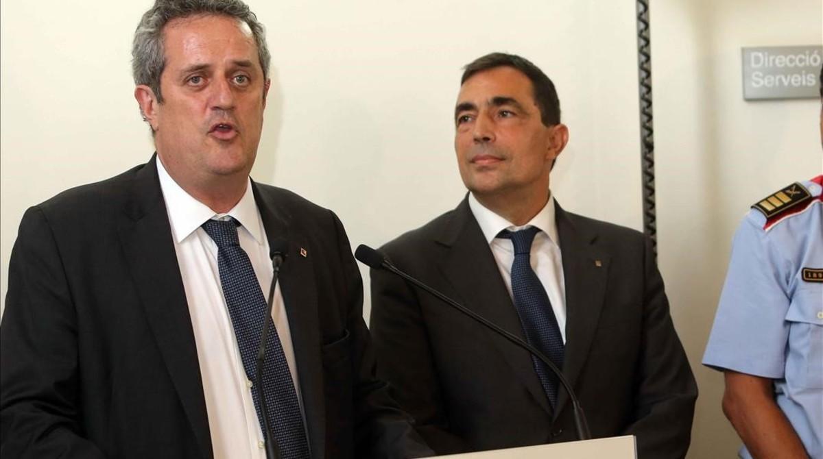 El conseller de Interior, Joaquim Forn (izquierda), junto al nuevo jefe de los Mossos, Pere Soler, este miércoles, 19 de julio, ante los medios de comunicación.