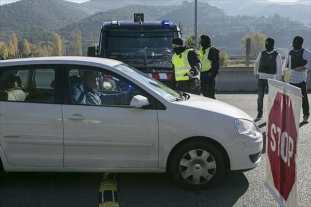 Control antiterrorista de los Mossos d'Esquadra, ayer en Mollet del Vallès.
