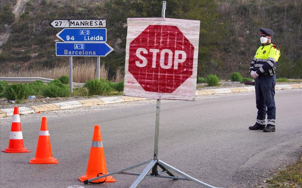 Control de los mossos en la confinada Igualada.
