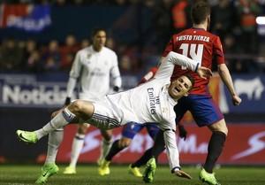 Cristiano Ronaldo cae a la espalda del osasunista Tienza.