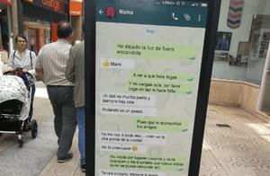 Uno de los carteles de la campaña, en una parada de autobús.