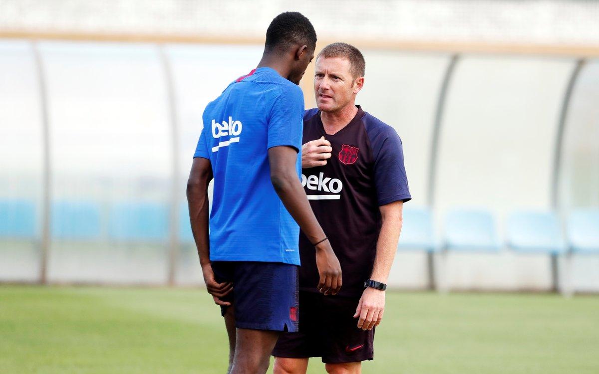 Dembélé habla con JoséAntonio Pozanco, el preparador físico del Barça.
