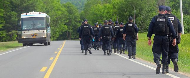 Despliegue de policías en busca de los dos presos fugados, el domingo cerca de Dannemora (Nueva York).