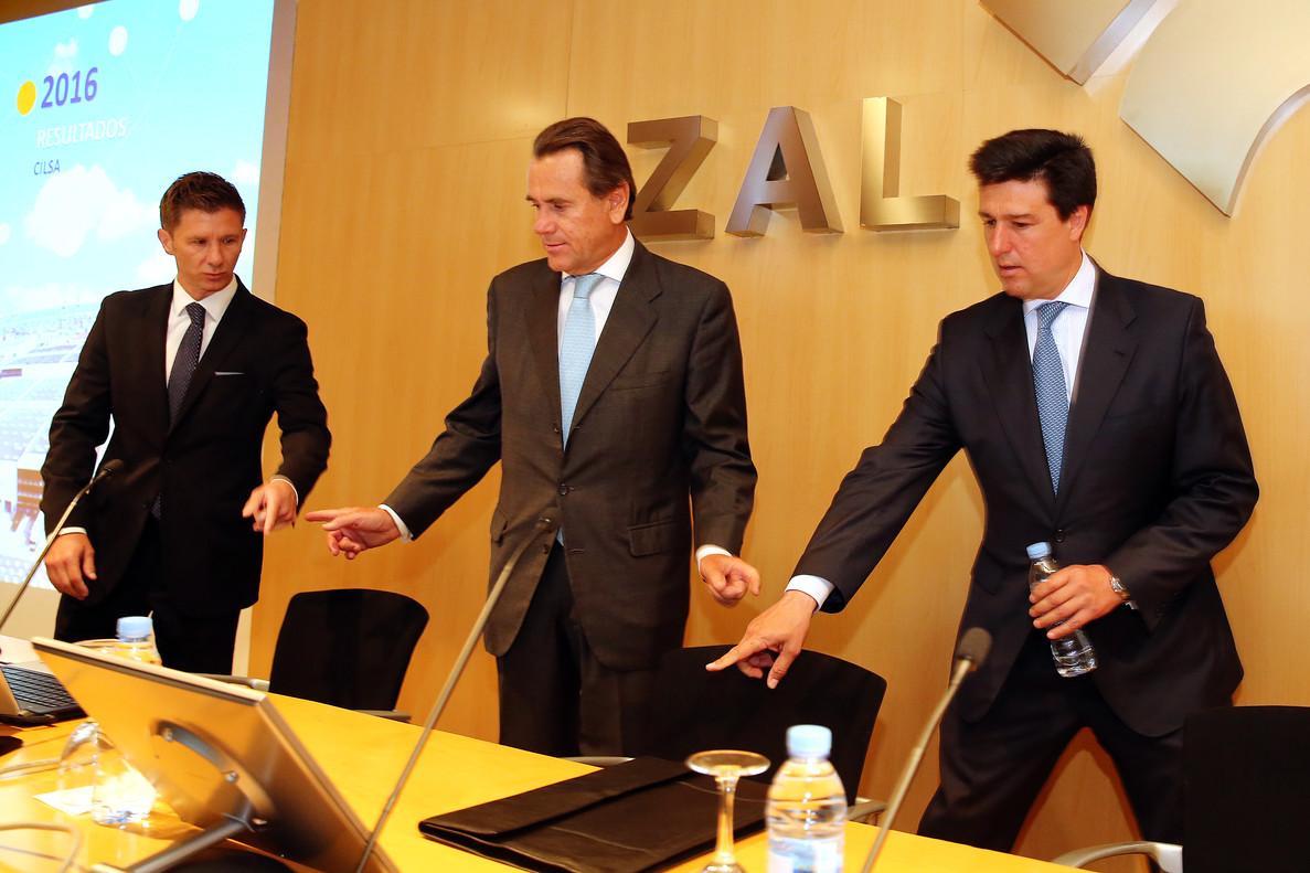 El director general de Cilsa, Alfonso Martínez, el presidente de la firma y presidente del Port de Barcelona, Sixte Cambra, e Ismael Clemente, consejero delegado de Merlin Properties, socio de referencia de Cilsa.