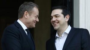 Donald Tusk (izquierda) y Alexis Tsipras (derecha) antes de la rueda de prensa.