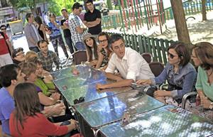 Eduardo Madina, durante una reunión informal con militantes del Partido Socialista de Madrid.