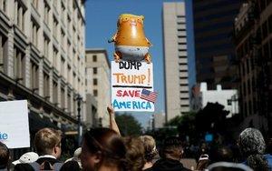 Manifestaciones en San Diego a favor del juicio político a Trump.