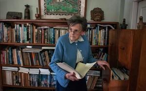 Elizabeth Hawley, en su casa de Katmandú.