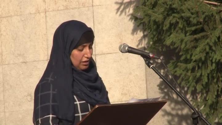 Hafida Oukabir, hermana de dos terroristas de la célula de Ripoll, en un acto de repulsa al terrorismo.