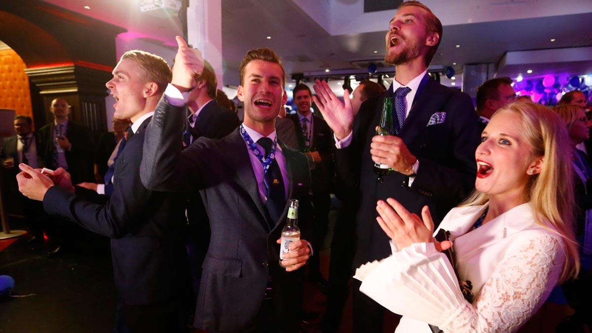 Militantes del partido de extrema derecha Demócratas Suecos celebran los resultados electorales. En Suecia se ha producido un empate técnicoentre los socialdemócratas y la derecha con la ultraderecha como tercera fuerza.