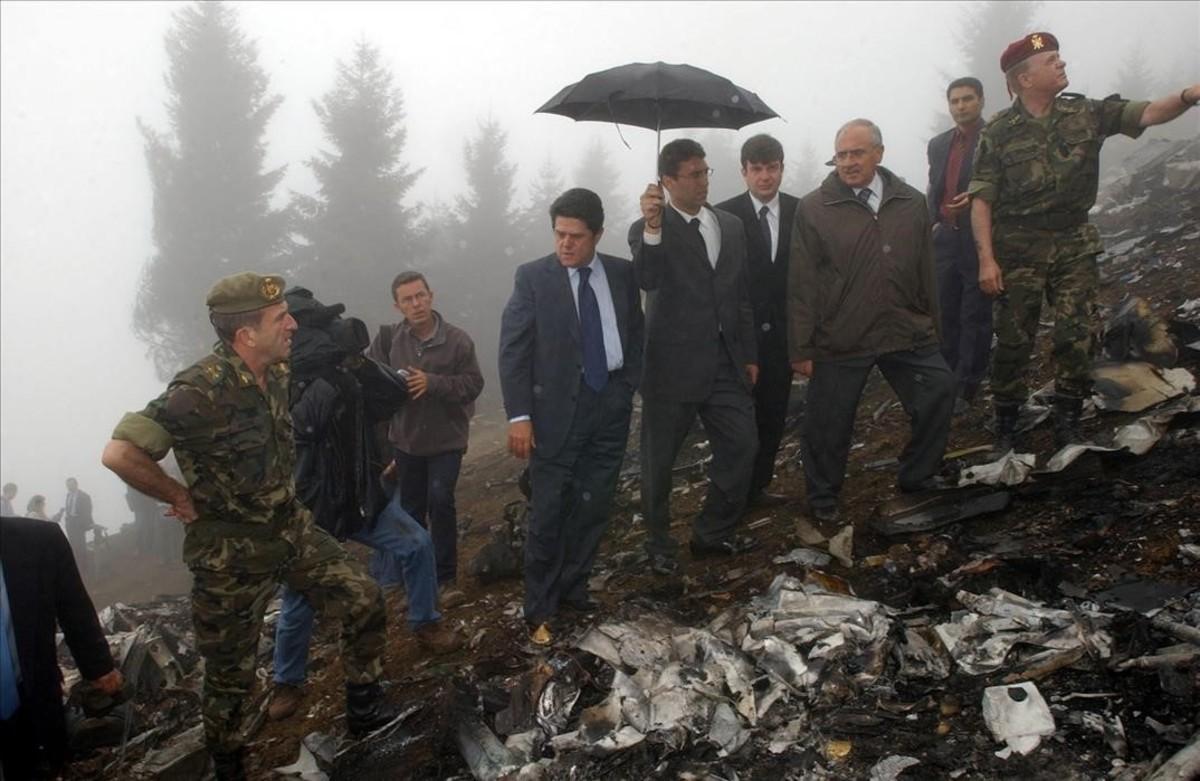 El entonces ministro de Defensa, Federico Trillo, visita el lugar del accidente del Yak-42, en Trebisonda (Turquía).