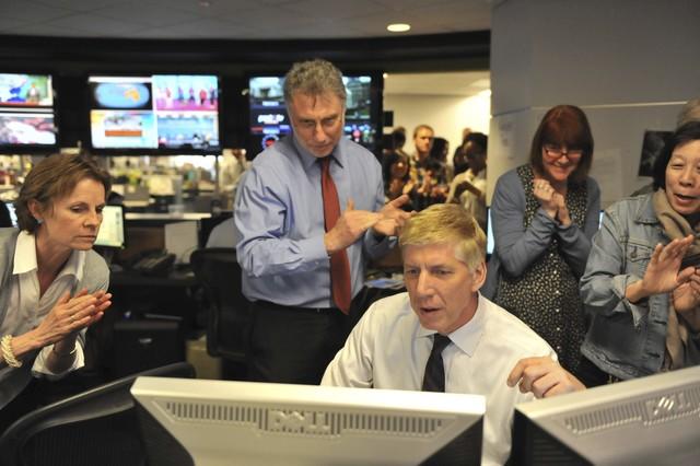El equipo de The Washington Post lee la lista de los premios Pulitzer.
