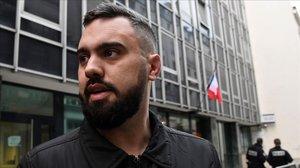 Éric Drouet saliendo de la comisaría de París.