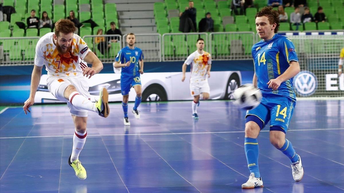 El español Pola marca el gol ante Ucrania, en cuartos de final.