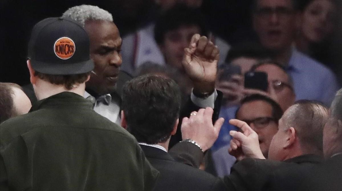 El exjugador de los Knicks, Charles Oakley, durante su trifulca en el Madison Square Garden.