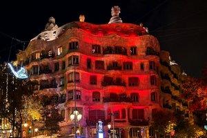 La fachada de la Pedrera teñida de rojo.