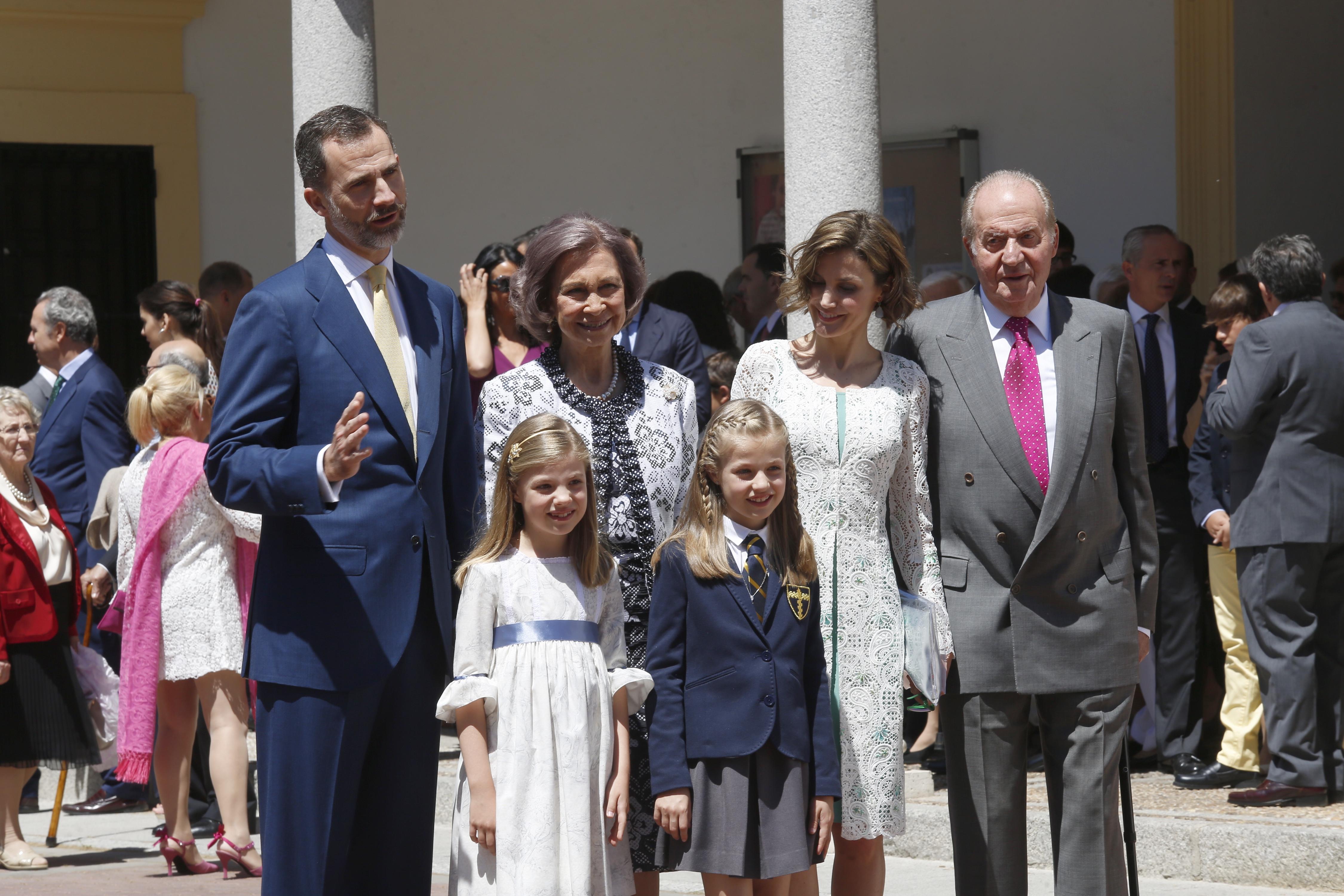 Leonor ha entrado al templo de la mano del rey Felipe y vistiendo su uniforme colegial de gala.