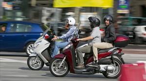 Motoristas, circulando por la ciudad de Barcelona.