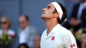 Federer se lamenta tras perder un punto contra Thiem.