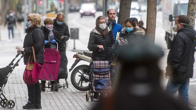 Fernando Simón defiende mantener algunas restricciones unas semanas más. En la foto, ciudadanos con mascarilla en una calle de Barcelona.