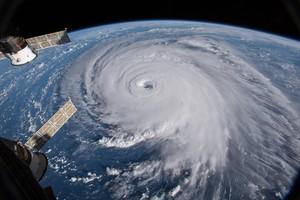 OCÉANO ATLÁNTICO (EEUU),El huracán Florence visto desde una cámara en la Estación Espacial Internacional (EEI), ayer, 12 de septiembre de 2018. Florence se debilitó hoy a categoría dos con vientos máximos sostenidos de 175 kilómetros por hora en su avance por el Atlántico hacia la costa de EE.UU., de la que ya solo le separan unos 450 kilómetros. Pese a la perdida de fuerza, los expertos alertan de que su potencial destructor sigue intacto. EFE/ Fotografía facilitada por la Nasa