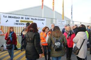 Un grupo de trabajadores de Continental a las puertas de la empresa en la jornada de huelga.