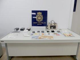 Material requisado por la policíaen la detención en Terrassa de un grupo especializado en el método del 'phishing'.